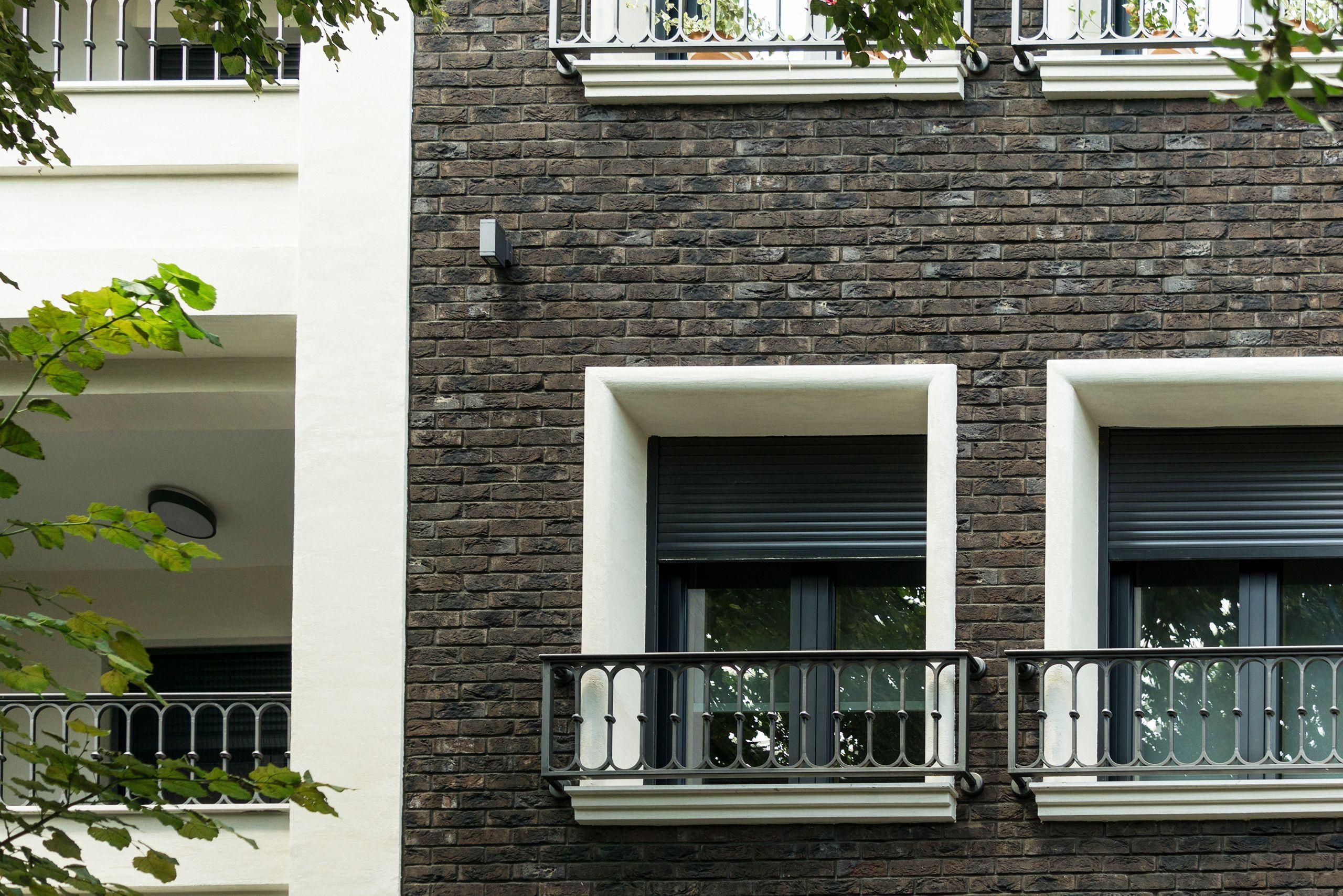 Fasada od crnih cigli i beli prozori